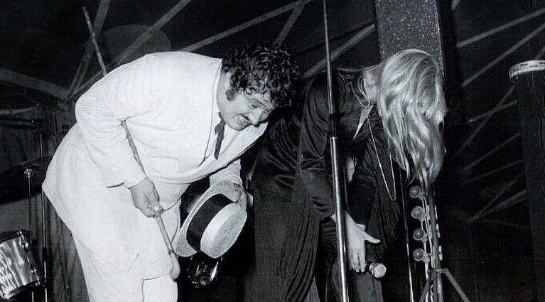 Carlos, de son vrai nom Yvan-Chrysostome Dolto, est un chanteur  et fantaisiste français né à Paris le 20 février 1943 et mort à Clichy  le 17 janvier 2008. Incarnant la variété populaire, il fut un ami proche d'Eddie Barclay, de Johnny Hallyd