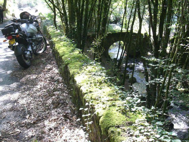 Une belle journée de moto sur les routes viroleuses du Limousin avec Fred et sa GS, Christopher et sa Versys ( Allégée pour l'occasion de quelques grammes superflus sous les reposes-pieds. Sorry ! Mais ce fut un plaisir...) et moi avec Mana.