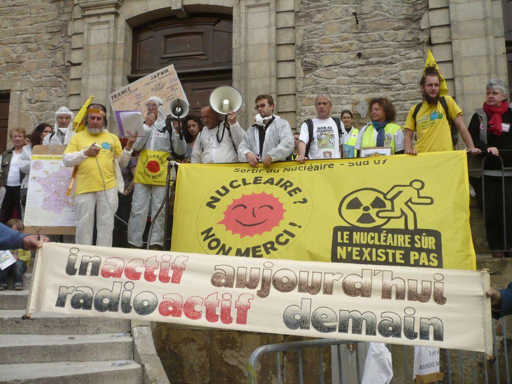 A l'occasion du 26e anniversaire de Tchernobyl, deux chaînes humaines contre le nucléaire à Aubenas (100 personnes) et devant Cruas (200 personnes). Photos P.Cavallera et R.Neuville