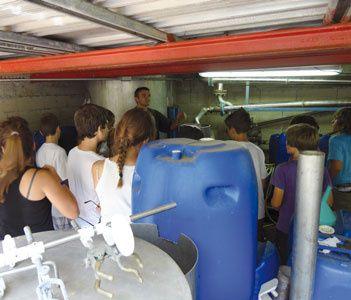 Après avoir découvert les secrets de fabrication du miel, les collégiens du Fesch ont visité la distillerie de Pierre Alessandri au Mandriolu.Crédits Photos : Droits réservés