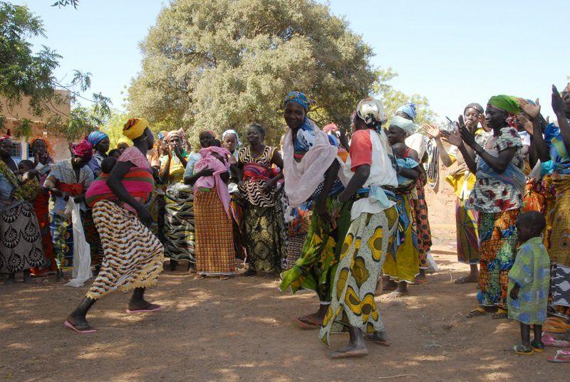 Remise de Plumpy nut offert pas Aviation sans Frontières aux CREN de la région de Koudougou