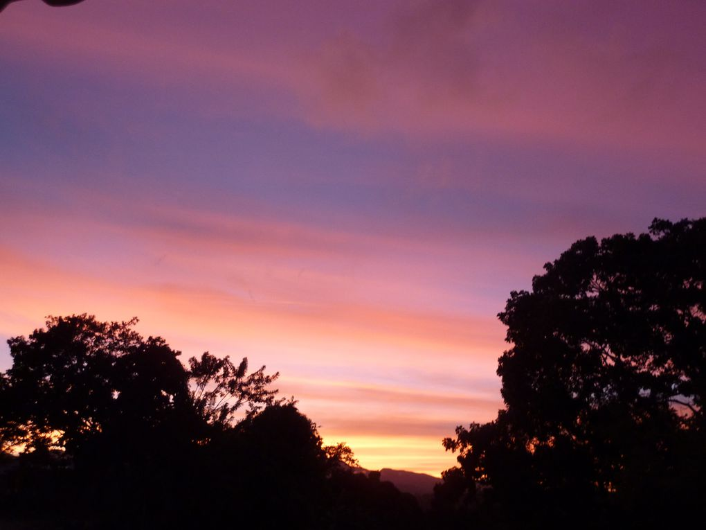 Le ciel de gwada se vêt de toutes les couleurs.Toutes les nuances de bleu rivalisent mais mes préférées sont celles du crépuscule avec cette impression parfois que le ciel prend feu &#x3B;)Ce sont les couleurs NATURELLES, aucune photo n'a été