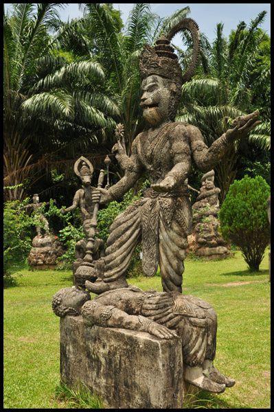 Deux lieux, à Vientiane (Laos) et Nongkhai (Thaïlande), surgis de l'imagination extravagante de Bunleua Sulilat, dans la lignée du Facteur Cheval ...
