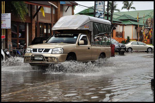 """Mouhot l'avait fait en bateau, je n'ai pu """"m'offrir"""" qu'un tour de ferry vers Koh Chang, et puisque la ligne maritime avec Sihanoukville est suspendu, c'est en bus que j'arriverai à Kampot ..."""