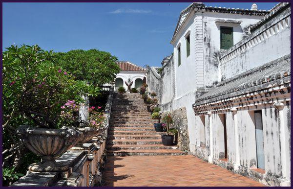 Long périple de puis Phetchaburi, via Bangkok vers le centre nord du laos,et Luang Prabang. Pistes défocées et pousièreuses, paysages somptueux et sourires accueillants ...