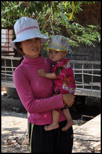 à l'inverse de Mouhot, j'ai dû d'abord passer par Phnom Penh pour aller à Udong. Détour à Kratie et l 'observation des dauphins de l'Irrawady faute de pouvoir trouver Brelum....