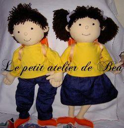 Max et Fleur, deux poupées en tissu, mascottes de classe.