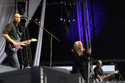 Bonnie on the stage with Robin Gibb