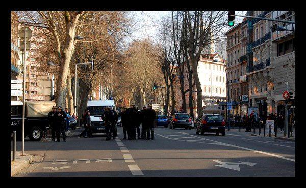 Le samedi 13 mars à Toulouse, manifestation pour l'arrêt total des expulsions, locatives et de squats, à l'occasion de la fin de la trêve hivernale. Un chouette parcours, quelques bousculades avec les forces de l'ordre, pas de blessés. Une fin d