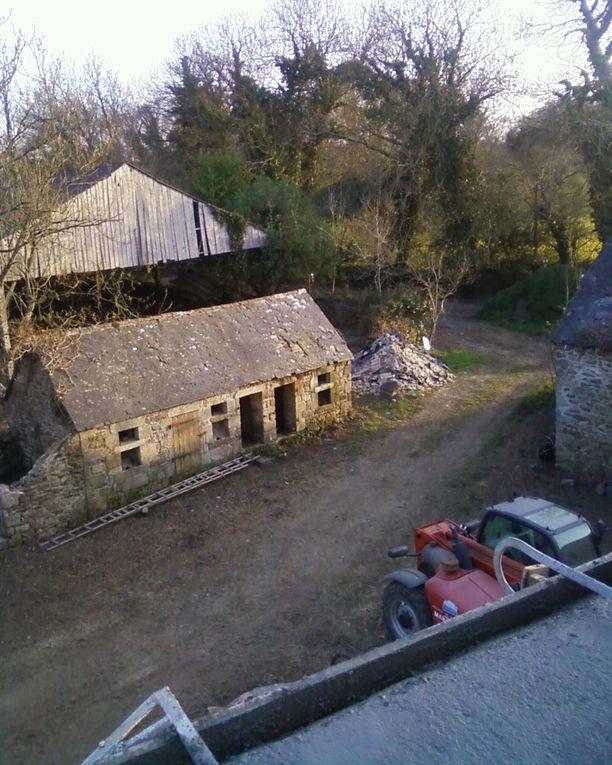 Démolition du toit et première intervention en maçonnerie.