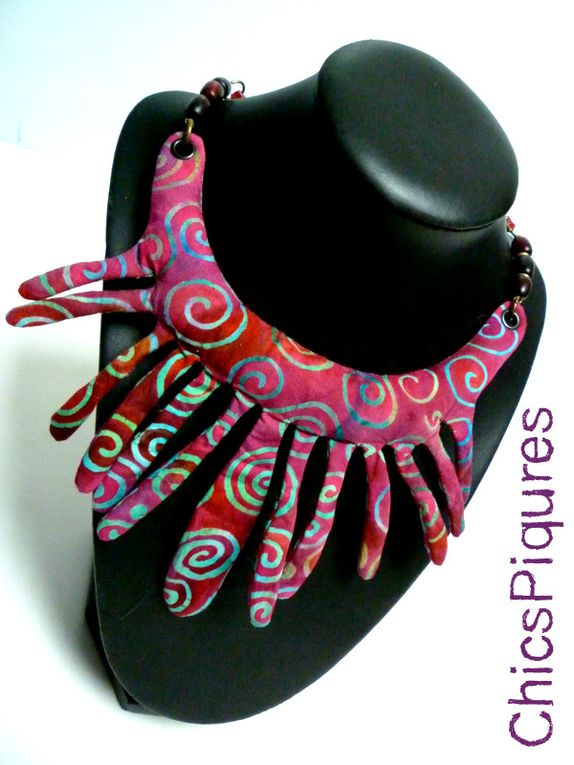 Colliers plastron en tissus africains.