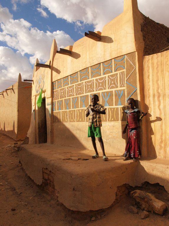 A la découverte des trésors et surprises architecturales de Zinder, ancienne capitale du Niger... Epoustouflant de couleurs, de contrastes, de lumières et d'ombres.