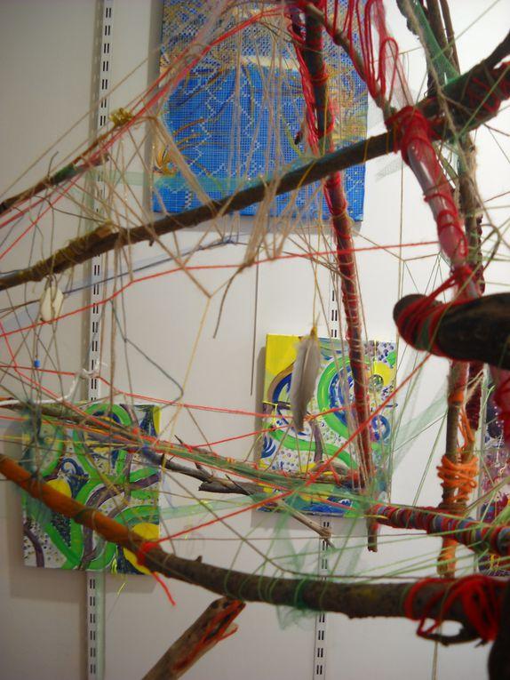 Travail plastique en direct, Art relationnel avec le public, né de la rencontre de 2 trajectoires personnelles et plastiques, Des  Travaux de dames...jusqu'à une expression plastique inscrite dans le champ de l'art contemporain.C'est ce qu'on com