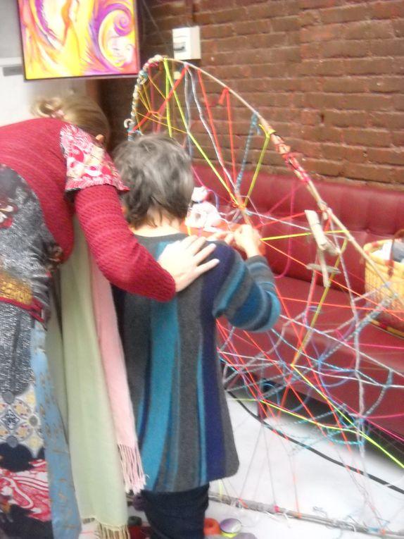 """""""La Roue des Liens"""" Performance interactive et création in situ. Autour d'une grande roue,à partir de branches d'arbre et de fils, il s'agit de tisser et de nouer des liens entre les participants . Nouer ensemble , tisser, tresser….."""