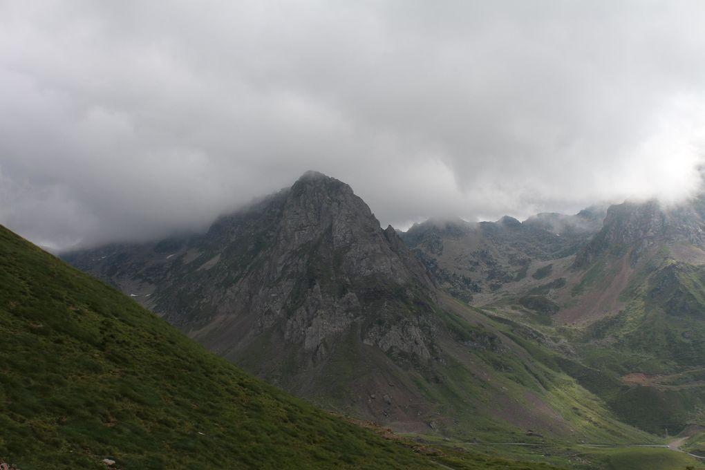 Le col du Tourmalet, qui culmine à 2115 mètres est le col le plus célèbre du Tour de France. Il est situé dans les Hautes-Pyrénées.