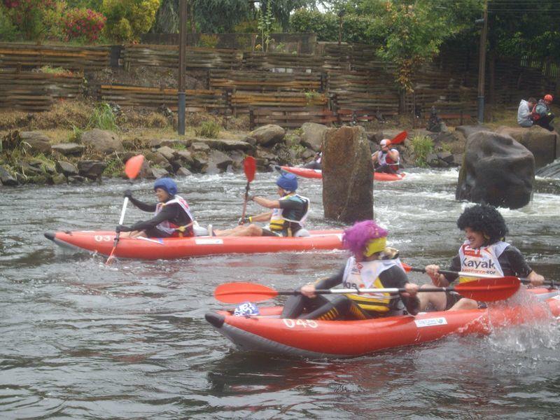 Chacune des 90 équipes et des 800 kayakistes vont se relayer dans des embarcations biplaces gonflables afin d'effectuer le plus de tours possibles de l'île de Locastel à Inzinzac-Lochrist sur le Blavet. La compétition dure 6h le dimanche.