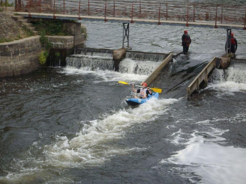 Une cinquantaine d'enfants répartis dans 3 collèges différents se relaient pendant 2h afin d'effectuer le plus de tours possibles de l'île de Locastel à Inzinzac-Lochrist sur le Blavet.Chaque équipe compte un kayak biplace et deux kayaks monop