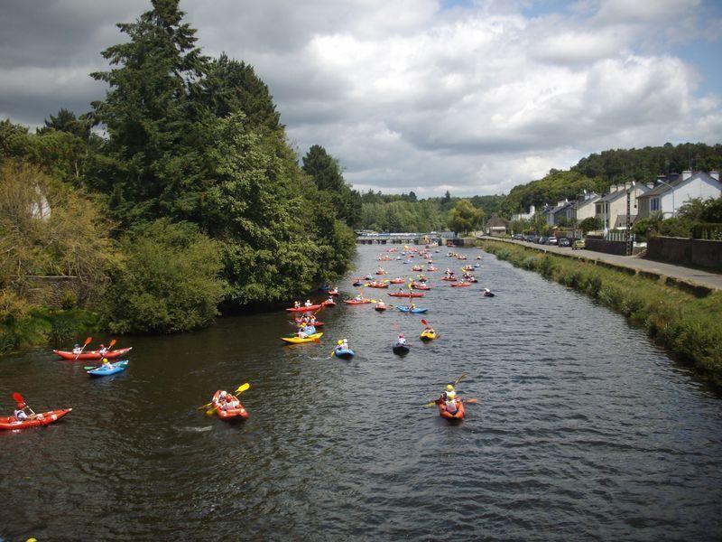690 enfants répartis dans 26 écoles différentes se relaient pendant 3h afin d'effectuer le plus de tours possibles de l'île de Locastel à Inzinzac-Lochrist sur le Blavet.Chaque équipe compte un kayak biplace et deux kayaks monoplaces.