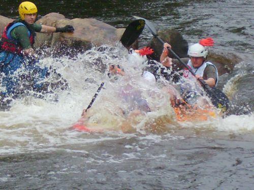 Les photos de la première partie des 24 heures kayak 2007 le samedi, une compétition loisir de kayak, disputée à Inzinzac-Lochrist, dans le Morbihan, en Bretagne.Les quelques 110 équipes de 8 kayakistes font le tour de l'île de Locastel penda