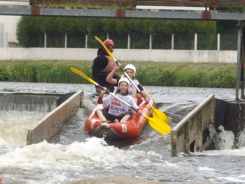 Le coup d'envoi du week-end des 24h kayak 2010 : le défi des collèges.Il n'y a qu'une soixantaine d'élèves pour une douzaine de kayaks gonflables, ce qui donne une course plutôt calme et seulement un collégien tombé à l'eau.