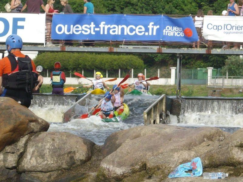 Première journée du week-end de la compétition loisir des 24 heures kayak 2010, se disputant en Bretagne à Inzinzac-Lochrist. Rire, chavirements, échouages et éclaboussures sont au programme !