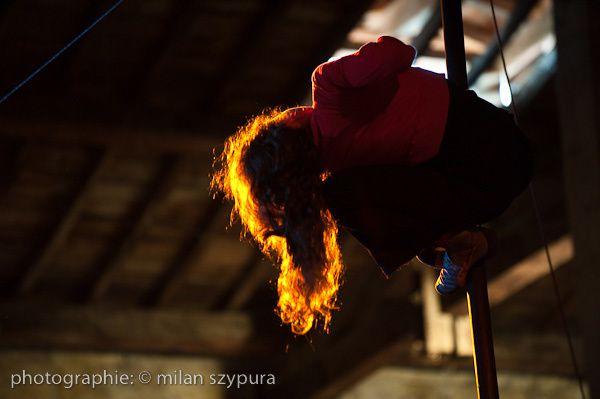 1ère EQUIVOQUE, jouée 3 fois au festival du cirque nouveau de Auch (Gers), dont l'ouverture à la maison de Gascogne.Invitée : Fatima El Hassouni© Photos : Milan Szypura / Thomas Silvert.