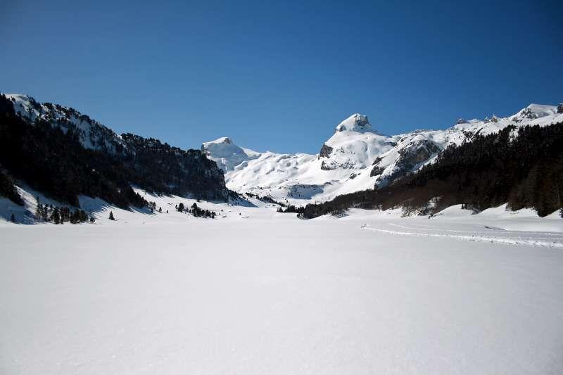 Très journée printanière entre Gabas et Bious-Artigues avec 2 à 5m de neige. Raquettes obligatoires