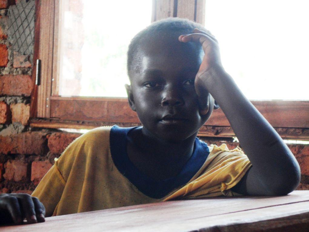 Ca y est l'orphelinat de l'Uélé a ses 10 pupitres. Samedi, Joseph a distribué des cahiers et des vêtements. Voici quelques photos.