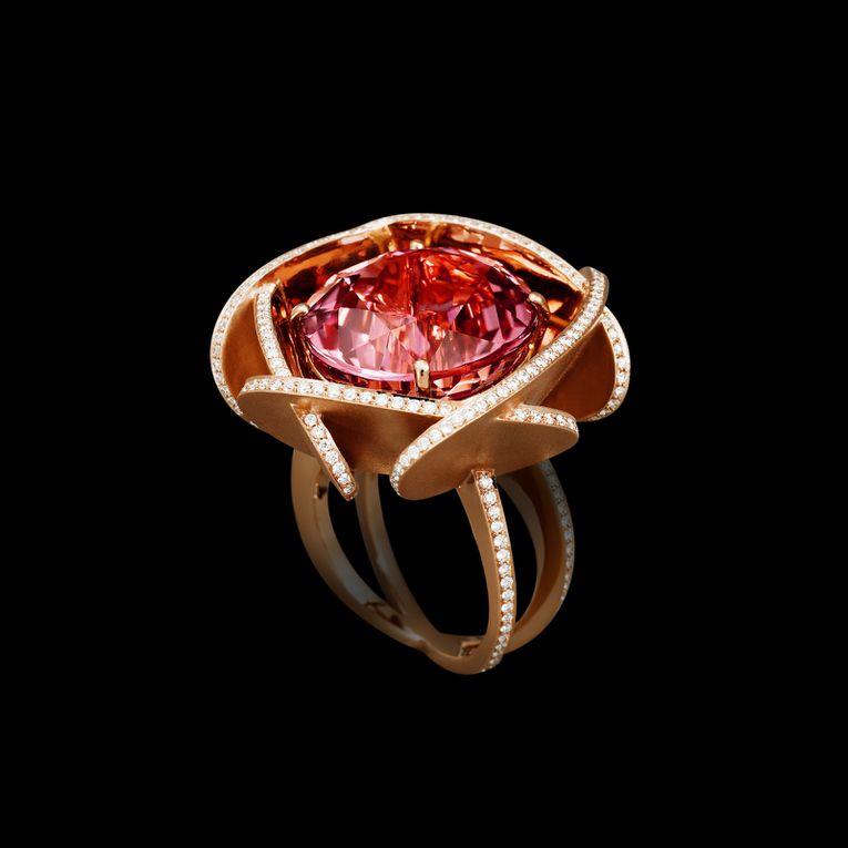 Créateur d'objets précieux : joaillerie haut de gamme (bagues de fiançailles, solitaires en diamants, ...), montres de prestige, cadeaux et accessoires