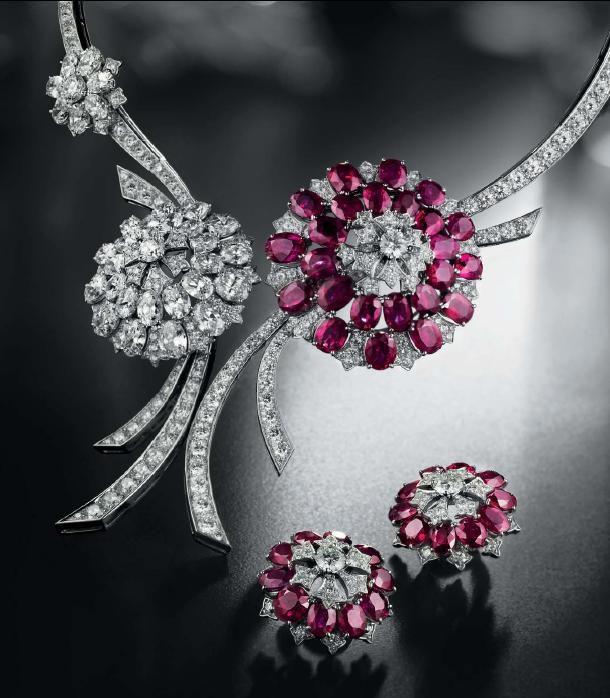 La beauté incomparable des pierres précieuses, celle du style... Un style empreint de féminité, d'élégance et de glamour, comme si chaque bijou, chaque montre portait en lui l'héritage exceptionnel de Van Cleef & Arpels.www.vancleef-ar