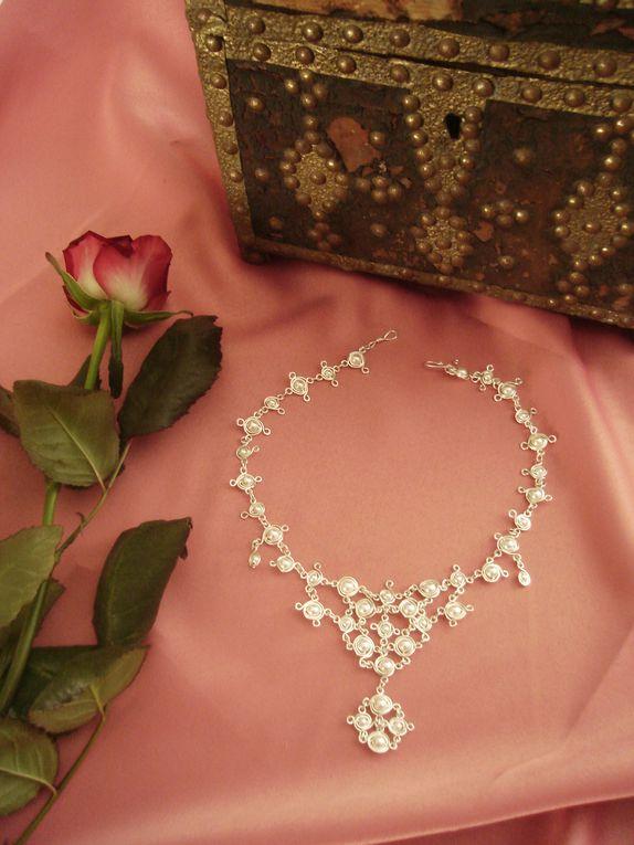 Gamme de bijoux de mariage d'inspiration médiévale.A venir gamme de bijoux de mariage brodés (travail à l'aiguille)Boutique: http://www.bijouxiletaitunejoie.fr/accueil-caaaaaaaa.asp