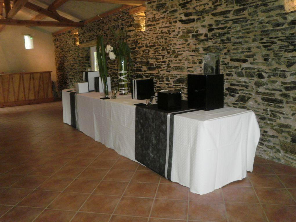 D'une superficie de 80 m², cette salle en pierres apparentes dispose d'une grande cheminée, d'une cuisine et de toilettes.