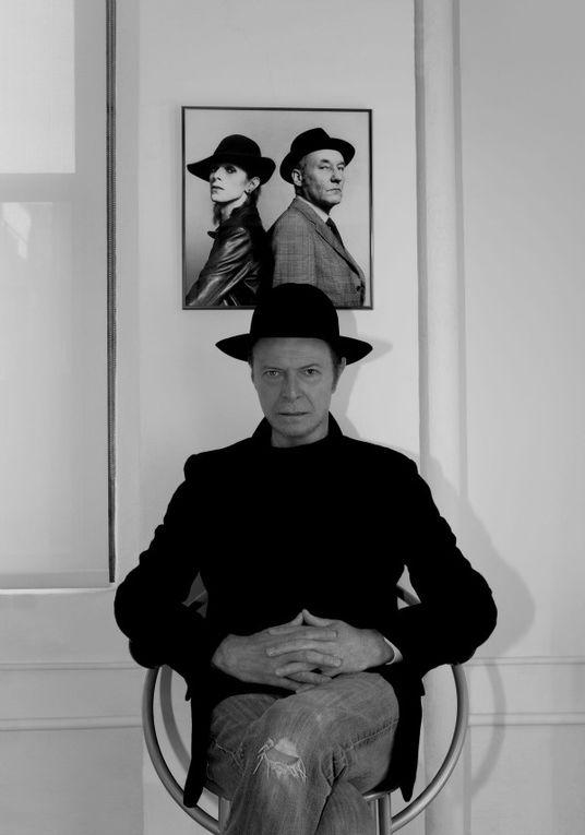David Bowie es un músico y compositor de rock británico, quien ha ejercido a su vez de actor, productor discográfico y arreglista