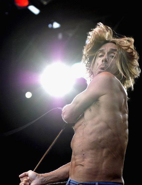 Iggy Pop -Famoso por el caos que mostraba sobre el escenario, donde se untaba aceite de oliva sobre su escuálido torso y se lanzaba de cabeza hacia el público-está moderándose en su madurez con un disco en solitario, la mitad de ellos en francés