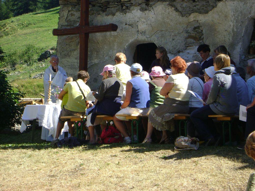 Messe annuelle au hameau de La Goulaz, suivie d'un apéritif offert par l'association présidée par Claude Vincendet.Photos : EM.Tracq