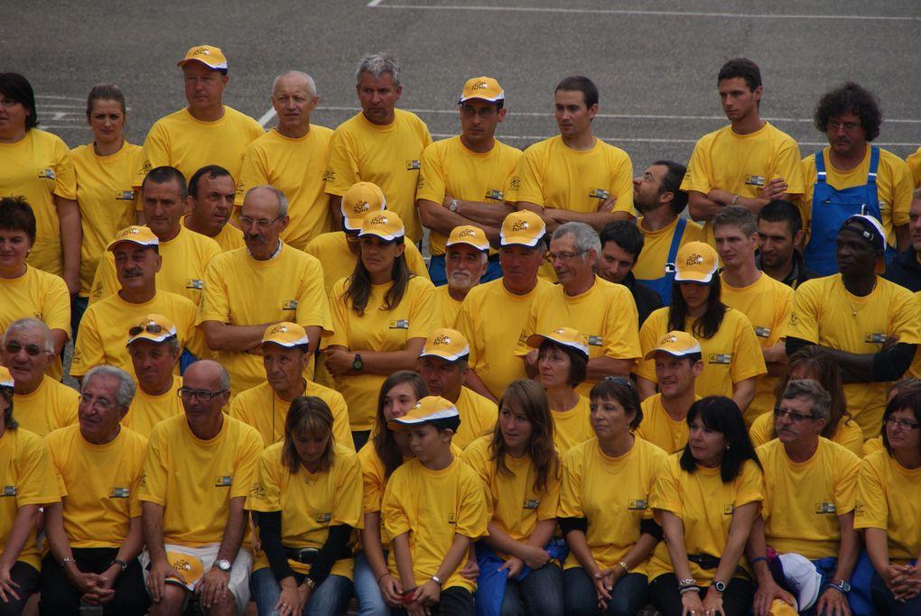 Le départ de la 12e étape du Tour de France 2012 a été donné à Saint-Jean-de-Maurienne. De nombreux bénévoles ont participé à l'organisation de l'événement.Photos : J.Tracq