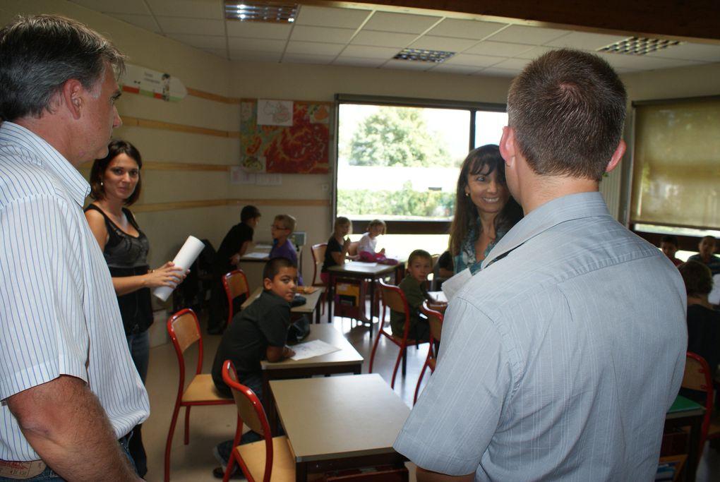 Les enfants de Saint-Jean-de-Maurienne ont repris le chemin des écoles le lundi 5 septembre. Monsieur le Maire et ses adjoints leur ont rendu visite pour ce jour particulier.Photos : J.Tracq