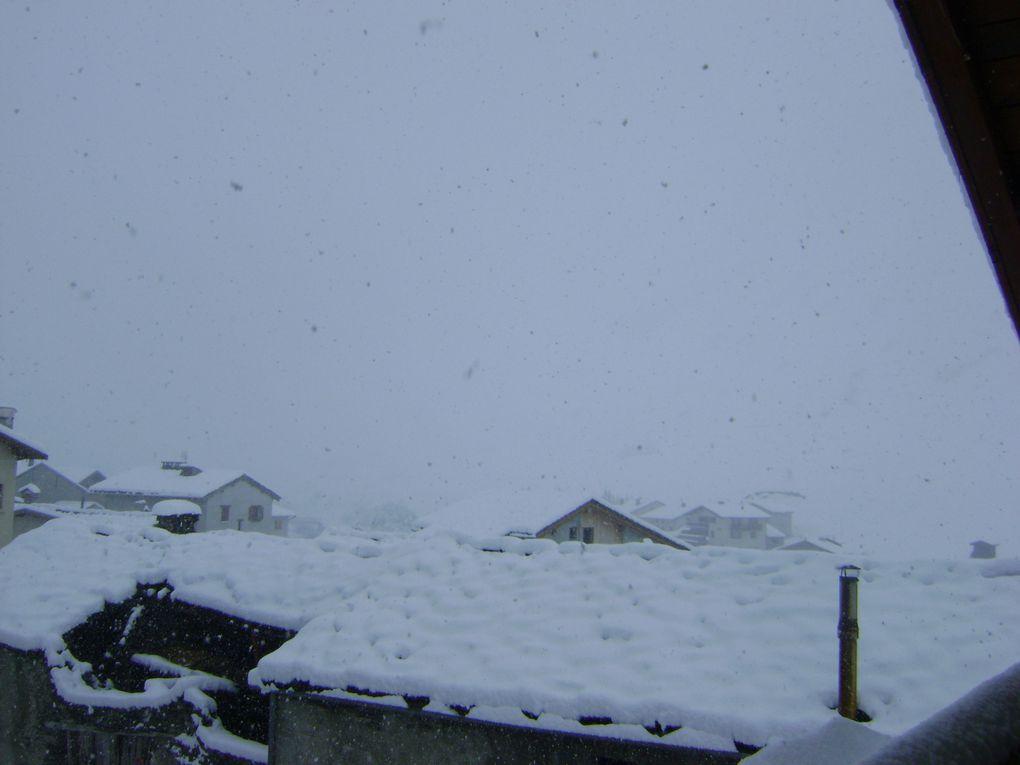 30 centimètres de neige sont tombés dans la nuit du 31 mai au 1er juin à Bessans.Photos : M.Tracq, G.Magand