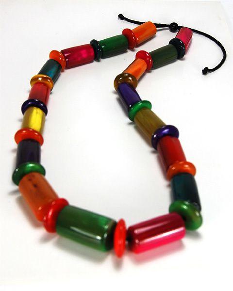 Bijoux en corne de Zébu de la marque de commerce équitable ZEBUTINE. Ils sont réalisés à Madagascar et sont en corne naturelle, corne teinté naturellement, corne polie.