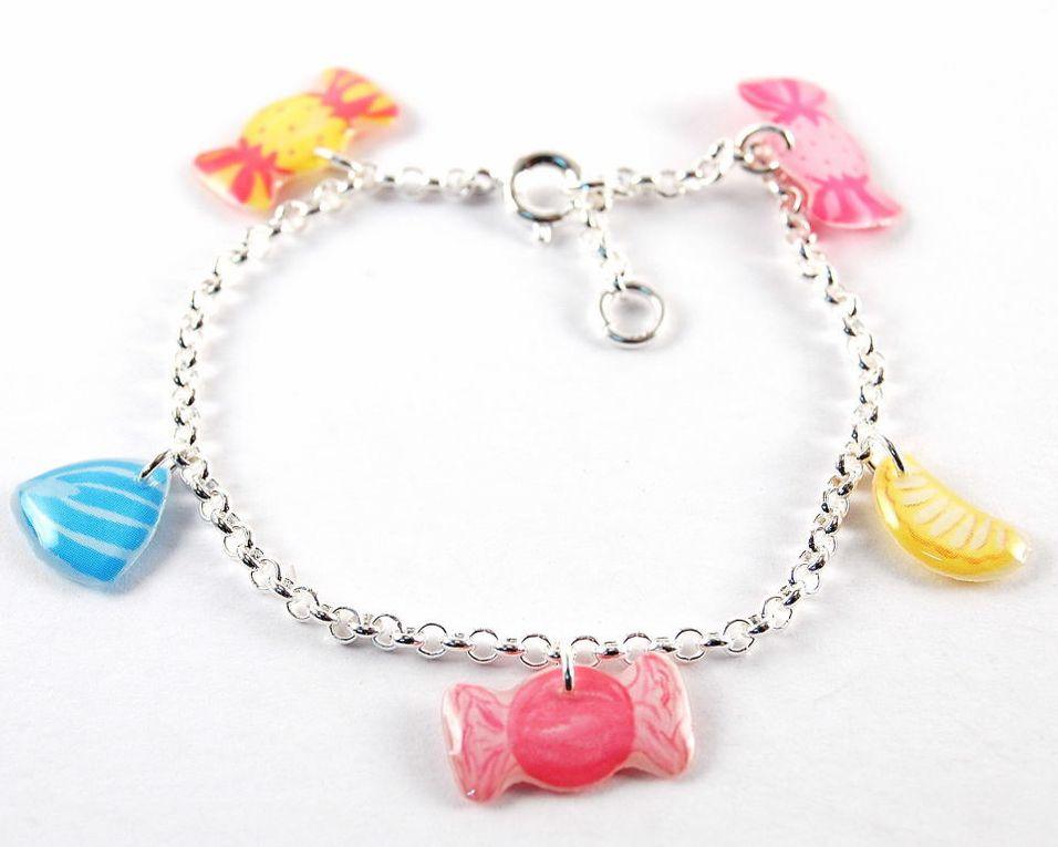 Des bijoux pour les petits coquets. Des bonbons, des personnages, la mer, les fleurs...