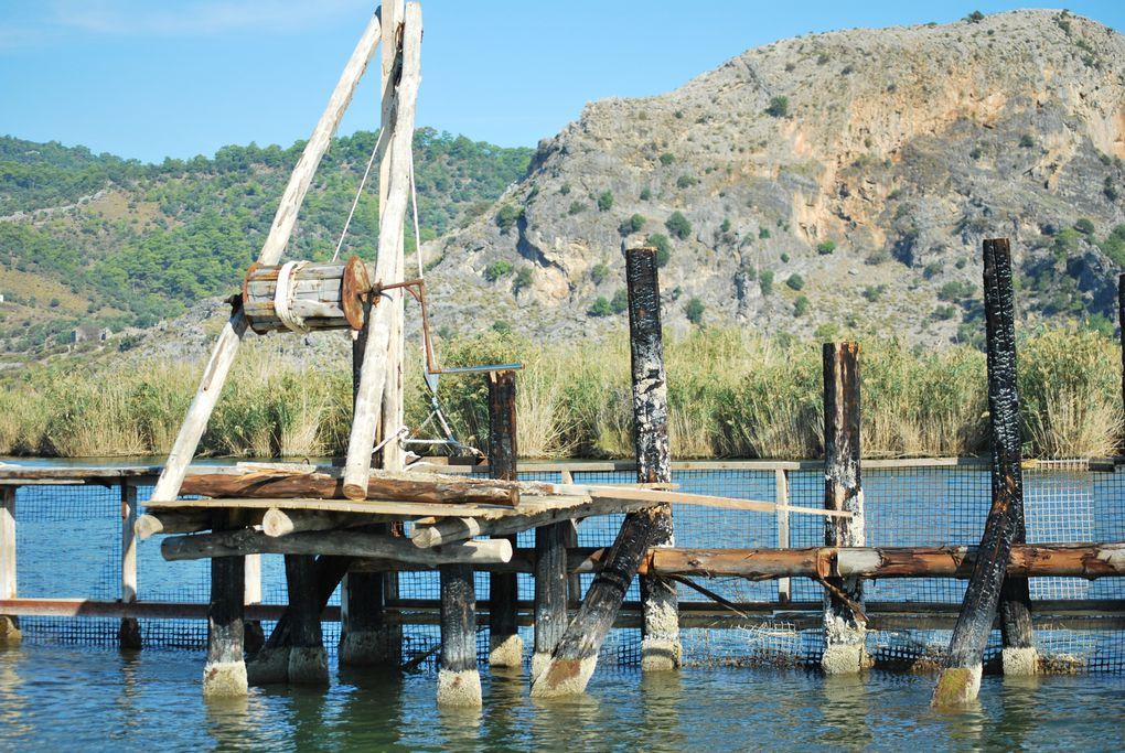 D'abord nous passons à Koycegig avec son lac qui rejoint la mer par la rivière Dalyan qui passe à Dalyan en serpentant le long des falaises où se trouvent les tombeaux Lyciens. Et Kaunos le site antique se trouve sur l'autre rive .