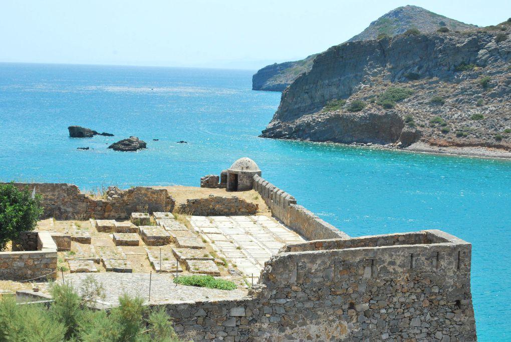 Dernière île de la mer Égée, la plus grande des îles grecques , à égale distance de l'Afrique , de l'Asie et de l'Europe, joue depuis la nuit des temps, le rôle d'un pont au carrefour des 3 continents.