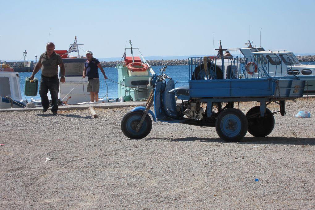 Ile du Dodécanèse, tout près de la Turquie, en quelques heures nous sommes arrivés dans la baie protégée d'Emborios.Nous avons pris un corps-mort installé par une taverne du bord de plage où nous allons prendre une Mythos et diner.