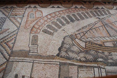 A l'est de ANAMUR, le port de AYDINCIK est très calme, il est utilisé par les pêcheurs locaux.Il y a un site antique juste à l'Ouest du port où l'on peut découvrir de superbes mosaïques romaines. Au dessus entre les maisons du village , une