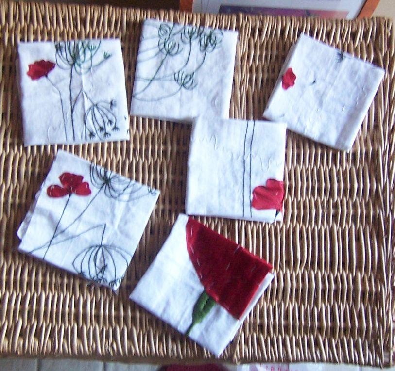 Une nappe avec des serviettes décorées à l'aide de broderies et d'appliqués.