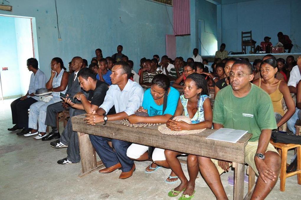 Connexion Internet pour la Maison des Jeunes de Mananjary. Un projet de l'Association Fitia avec Orange et le ministère de la Jeunesse et des Loisirs. Photos : Mikakely
