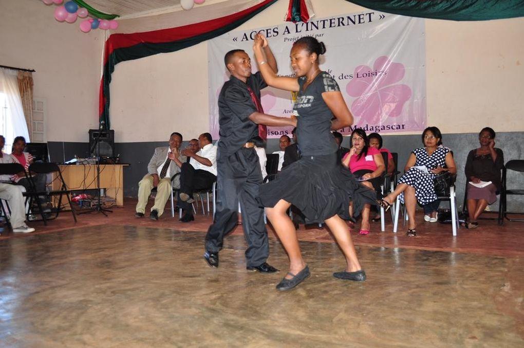Connexion Internet pour la Maison des Jeunes d'Ambositra. Un projet de l'Association Fitia avec Orange et le ministère de la Jeunesse et des Loisirs. Photos : Mikakely