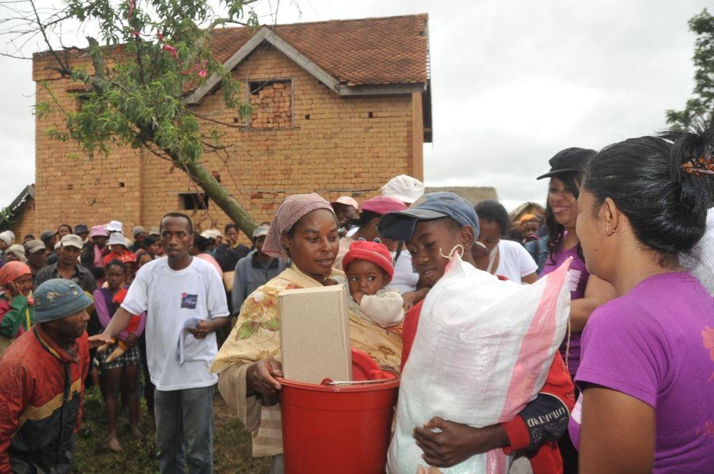 Les membres de l'Association Fitia fondée et présidée par Mialy Rajoelina, au chevet des sinistrés du cyclone Giovanna, à Izaivola Ilafy. Photos: Harilala Randrianarison