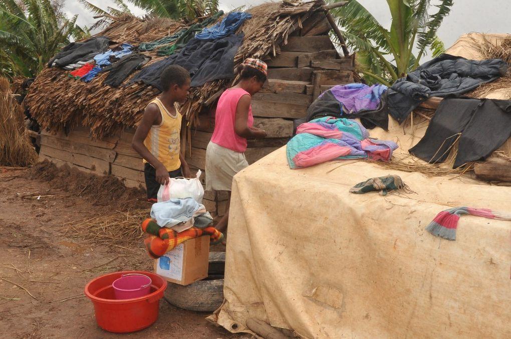 Les membres de l'Association Fitia fondée et présidée par Mialy Rajoelina, au chevet des sinistrés du cyclone Giovanna, à Imamba Belanitra. Photos: Harilala Randrianarison