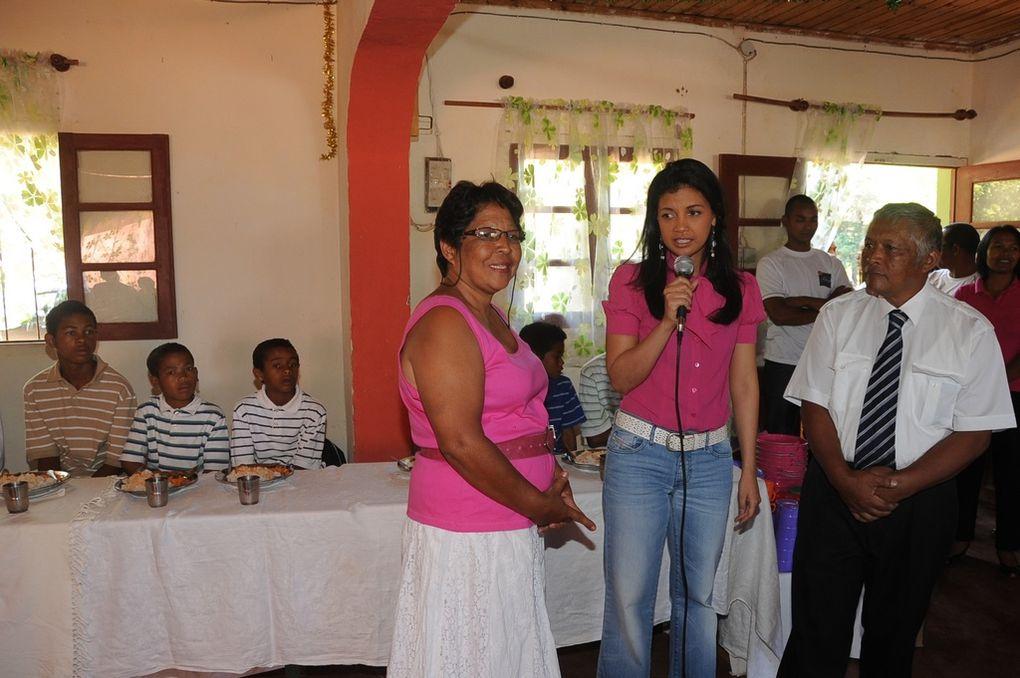 Ce centre héberge, entre autres, des filles-mères qui apprennent à reprendre goût à la vie, en poursuivant des études. Mialy Rajoelina ne les a pas oubliées. Misaotra betsaka, Tompoko !